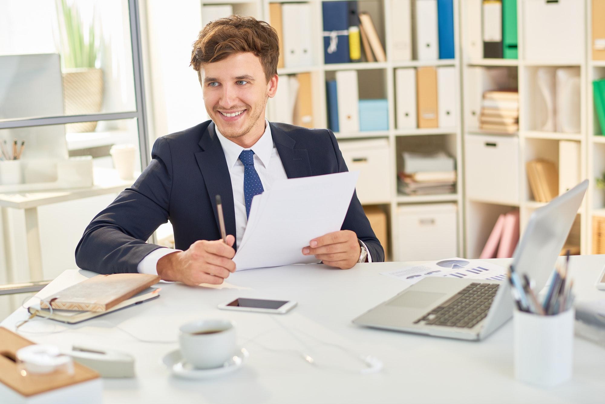 Job seeker using online resume creator