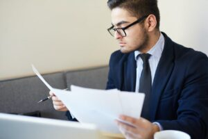 recruiter reading resume headlines from resumes and CVs